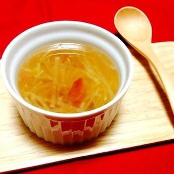 大根と梅干しだけで作るコンソメスープは、どこかなつかしい味わいに疲れた身体が癒されそう。ご年配の方にも喜ばれそうな簡単でシンプルながら、意外な組み合わせに奥深さを感じるスープです。
