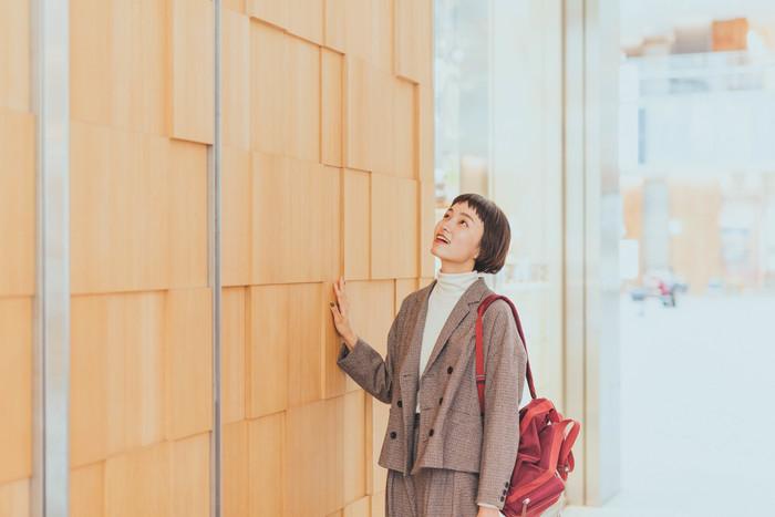 見どころのひとつは、フロアごとに異なる壁の素材。1階はフレッシュな雰囲気漂う桜の木を使用しています。実際に触ってみると、すべすべして気持ちいい。