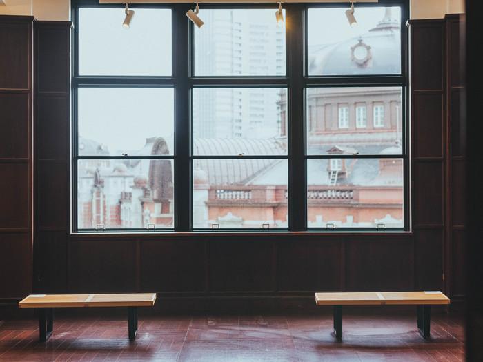 4階には絶景スポットも。KITTEがかつて、旧東京中央郵便局だった時代の内装を残した「旧東京中央郵便局長室」は、クラシックな雰囲気。窓からは東京駅を一望でき、思わず、わあと声が出てしまいます。