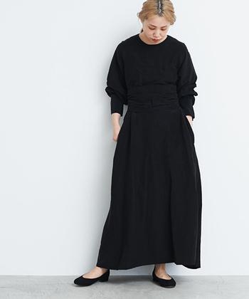 サラリと一枚で着られるデザインワンピースも、黒だけで着ると重たい印象になりがち。レイヤードせずに着こなしたい場合は、首・手首・足首の三首を出すことで、女性らしく軽やかなスタイリングを楽しめますよ。
