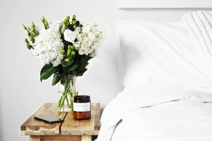 エアコンの風が直接当たらないようにベッドや布団の配置に気を付けましょう。特に顔にエアコンの風が当たってしまうと、お肌や喉が乾燥してしまう原因にも。エアコンとベッドの配置を確認してみましょう。