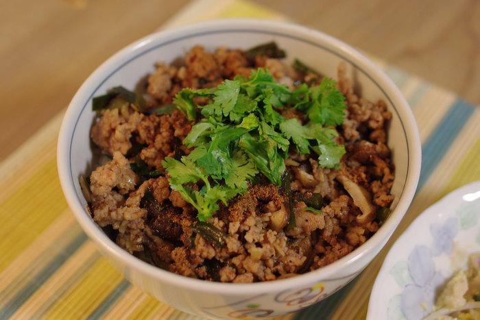 台湾のおふくろの味と言われる「魯肉飯」。八角が効いている甘辛醤油ベースのタレで煮詰めた豚バラ肉をご飯にかけた、台湾で広く親しまれている定番料理です。お店によってパクチーや煮玉子のトッピングがあります。