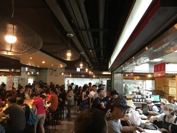 朝から行列ができる人気店。こちらのお店に限らず、ほとんどの豆漿店はイートイン、テイクアウトのどちらもOKなので、持ち帰ってホテルで食べるという手もあり。