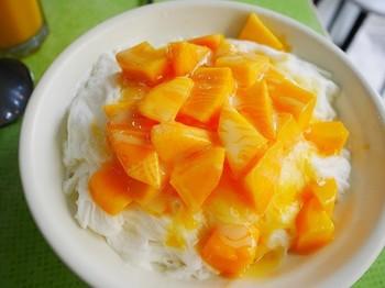 カレーライス?と思ってしまう程、黄色く熟したマンゴーがたっぷり。淡雪のように溶ける氷は、まるで霜柱のような線状になっていて、その美しさに思わず見とれてしまいます。