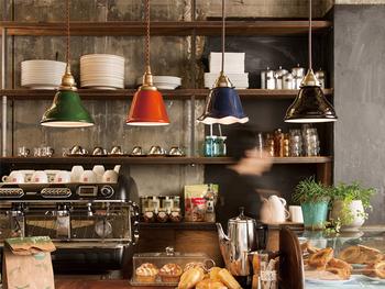 おしゃれなカフェやバーのようにペンダントライトを並べてつけてみるというのも、お部屋をランクアップさせるアイディア。少しずつ異なるデザインやカラーで、遊び心も。