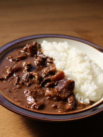 「牛すじ(牛筋)」といえば、コラーゲンがたっぷりで、だしもしっかり出るので旨味も多く、煮込むほどにトロトロの食感が味わえる、人気の食材です。ビーフよりも比較的安くてお手頃価格なのも、大きな魅力。 そんな「牛すじ」を使って、絶品の「牛すじカレー」を作ってみませんか。