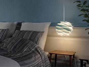 寝る前の読書タイムや就寝中のほのかな明かりも、テーブルランプではなくペンダントライトをつけてみては?贅沢な明かりをつければ、きっとスペシャルな時間になるはず。