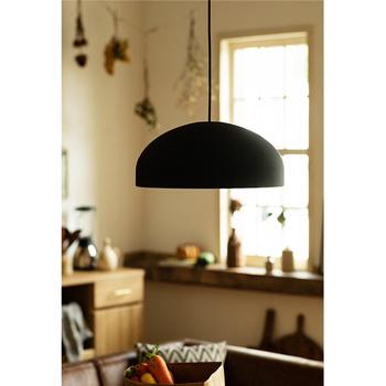 大きめのアルミのシェードなら、電球が2つや3つ隠れているものも。「デザインだけで選ぶと不便かも」と先入観を持たずに探してみると、お部屋にぴったりのライトに出会えるはず。