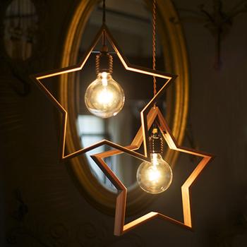 ウォールナットが使われている星型のシェード。形だけではなく鋼と真鍮という素材も組み合わせた、女性の心をつかむペンダントライトです。