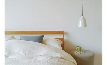 シンプルなベッドルームにも、さりげない可愛らしさのペンダントライトがぴったり。カチカチっと紐をつけられるタイプなら、就寝中真っ暗にしたいという方でも使いやすいですね。