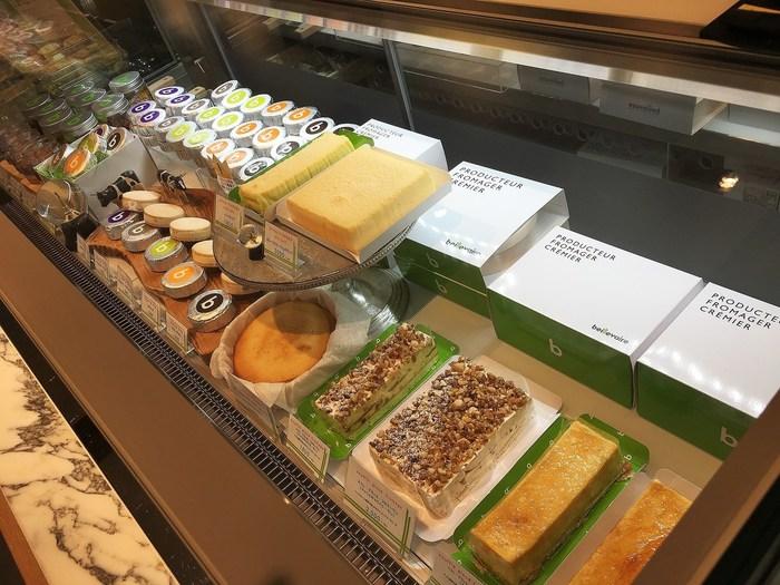 お店自慢のチーズやバターを使った、チーズケーキ、バターサンド、グラスデザートなどが並びます。自分用にはもちろんですが、お土産として購入していけば、喜ばれること間違いなし!