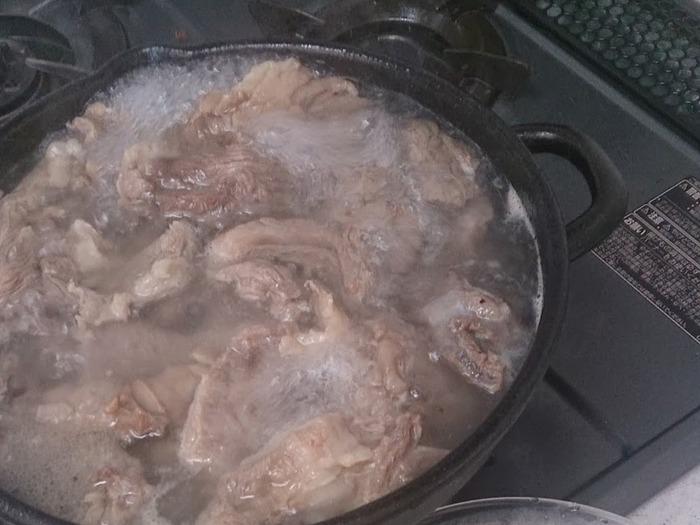 1回目は、水から牛すじを一度ゆでて、アクを取るために1分ほど沸騰させてから、茹でこぼし(茹でたお湯は捨てる)します。牛すじをザルにあげた後、2回目の茹でる作業を行います。  2回目は風味づけとして生姜やネギなど(※)を加え、さらに水から茹でます。コトコトと1時間半から2時間くらいかけて煮込み、硬そうな部分が柔らかくなったらOKです。  ※生姜やネギの風味づけをしたくない場合、2回目は「米のとぎ汁」で牛すじを茹でる方法もあります。