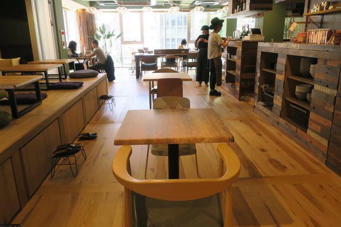 「en cafe」は2階にあります。木を多く使った内装で、ナチュラルな温もり溢れるやさしい空間です。