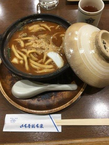 こだわりの味噌とコクのある出汁、独特のコシのあるうどんは、濃厚だけど味わいのある美味しさです。きしめんや味噌おでんなど、他の名古屋めしも食べられますよ。