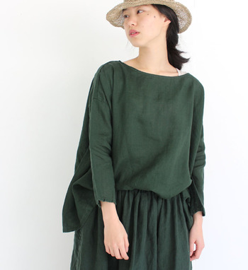 大人のデイリースタイルに華やかさと品を添える、シンプルで洗練されたアイテムを提案する「Véritécoeur(ヴェリテクール)」。リネンやコットンなど、自然素材を使用した優しい肌触りのお洋服は、年代を問わず愛用できるのも大きな魅力です。深みのあるオリーブグリーンや鮮やかなレッドなど、着こなしのアクセントに活躍する上品なカラーのアイテムも展開しています。