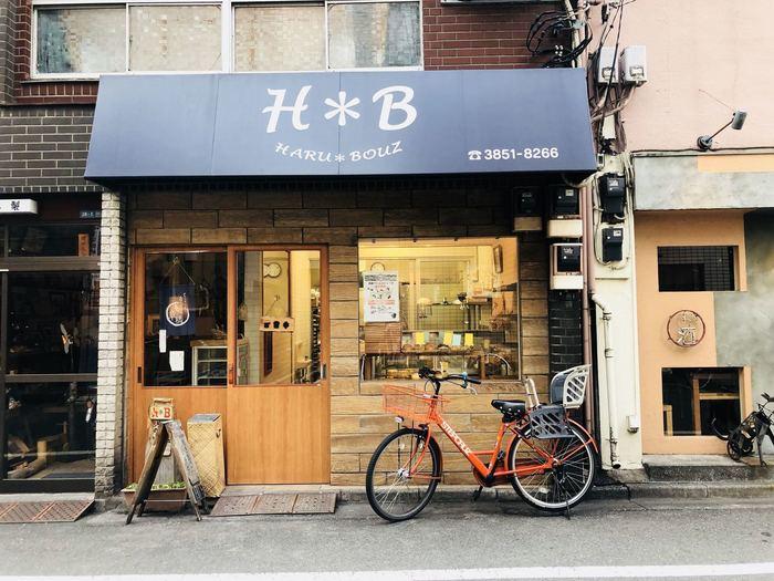 浅草橋駅の東口を出て銀杏岡八幡神社のそばにある「HARU*BOUZ(ハルボウズ)」は、お隣の木工店(店長さんのご実家)と隣接した2世帯店舗のパン屋さんです。