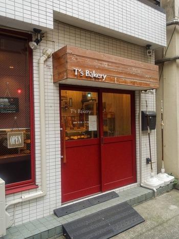 蔵前駅から歩いて5分ほど、国際通りから1本路地に入ったところにある「T'S Bakery(ティーズ ベーカリー)」は、赤いドアとアンティークな雰囲気の木製のひさしが目印のパン屋さんです。