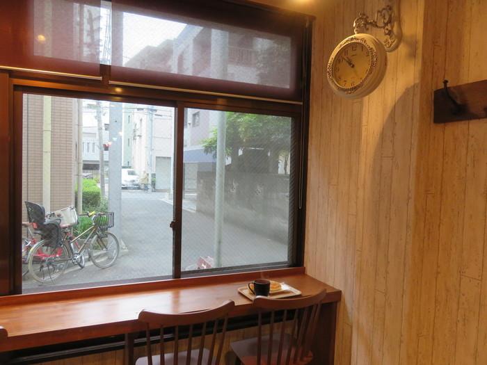 店内にはイートインスペースも。窓際のカウンターと奥のテーブル席、合わせて10席ほどなのでそれほど広くはありませんが、下町の路地裏を眺めながら、ゆったり味わうのもおすすめです。