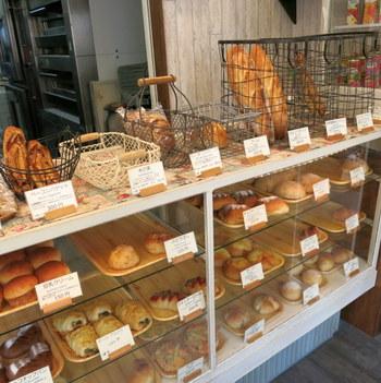 ドアを開けると、正面にはショーケースに入ったパンがずらりと並んでいます。こちらのパンは、お米からできた酵母「ホシノ天然酵母」と自家製酵母で作られています。バゲットやスイーツパン、お惣菜パンなど種類が多く、どれにしようか迷ってしまいそう。