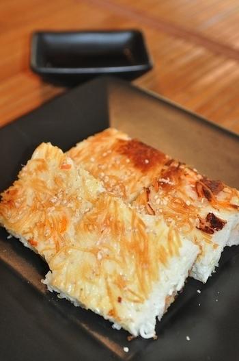 小麦粉を一切使わないチヂミ。ひと味違う個性を出しているヒミツは、くるみとチーズ。やわらかいそうめんの生地に、香ばしいくるみの食感が絶妙マッチ。