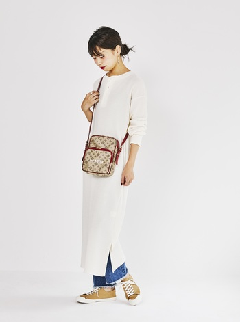 荷物をコンパクトに持ち歩きたい、という身軽派さんにぴったりなのはポシェットタイプの『NO°1869 MODEL』。 長財布がスッキリ入るサイズ感で、マチや前ポケットもあります。収納力は見た目以上。赤いレザーが差し色となり、シンプルなワンピースを引き立ててくれます。
