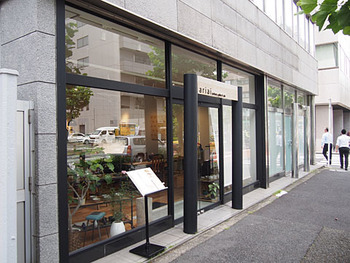 蔵前駅から鳥越神社を超えて徒歩15分ほど、浅草橋の駅からだと10分ほどのところにある「ariai(アリアイ)」は、ギャラリーにカフェが併設されたお店。パン好きだけでなく、アート好きな方にもおすすめです。