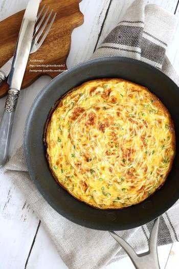 そうめんが中途半端にちょっとだけ残ってしまった時。卵と牛乳と混ぜてボリュームアップさせてオムレツを作っちゃいましょう。麺は長いままだと食べにくので、2cmほどにカット。お好みで醤油マヨネーズをつけて、和風味を楽しんで。