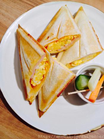 ランチタイムは、4つのセットからセレクトできます。ホットサンドは「タマゴとハム」と「ハムとチーズ」の2種類。香ばしいパンとたっぷりのフィリングのバランスがよく、あっという間に食べてしまえそうなおいしさ。ドリンクもセットになっています。