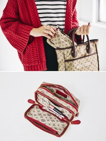お財布やポーチをバッグとお揃いにすると、バッグから取り出したときに統一感が生まれておしゃれ。  マチの広い『NO°1875 MODEL』は、お化粧ポーチとしてはもちろん、旅行やお出かけのときのマルチポーチとしても使えます。マスカラやアイライナーを差せるポケットもあって便利。