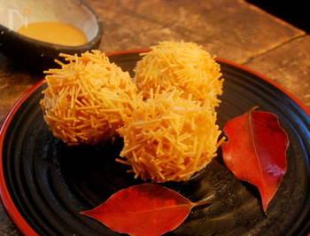 コロッケを揚げる際に小さくくだいたそうめんをまぶせば、トゲトゲの栗風に。 こちらは、ポテトサラダにごはんを混ぜ合わせているライスポテトコロッケのレシピ。低温でゆっくり揚げていくのがポイント。秋にぴったりの一品です!