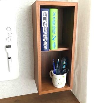 無印良品の壁に付けられる家具は、スペースに合わせてタテ使いでもヨコ使いもできちゃうスグレモノ◎ デスクの前に設置したら、毎日使う辞書やペン立て置きにぴったりですね。