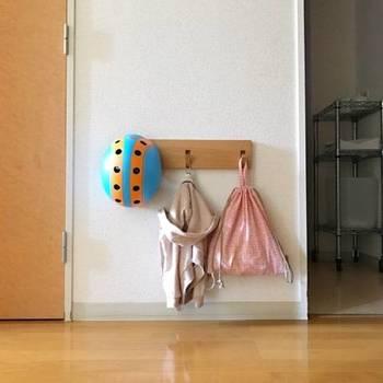 無印良品の「壁に付けられる家具」は、賃貸住宅でも気軽に取り付けできます。子どもの身長に合わせて、高さを変えられるのも良いところ。