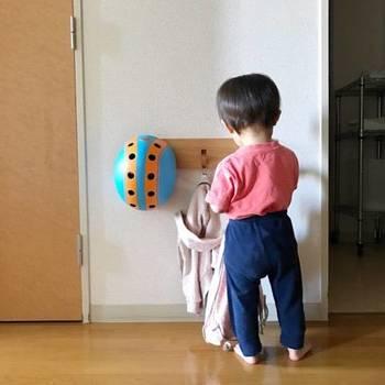 低い位置に三連ハンガーを設置しておけば、小さな子どもも自分で、洋服やバッグを掛けられます。