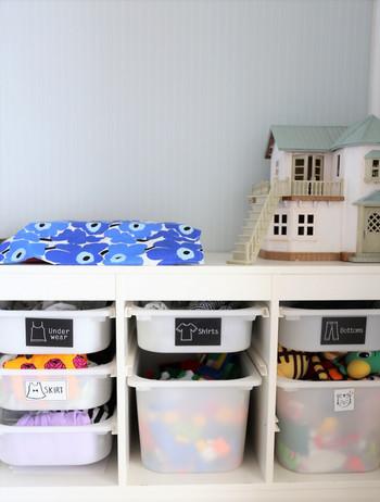 IKEA(イケア)のTROFAST(トロファスト)は、子どもの衣類やおもちゃの収納にぴったり。キャンドゥのステッカーを貼って、可愛く分かりやすく。