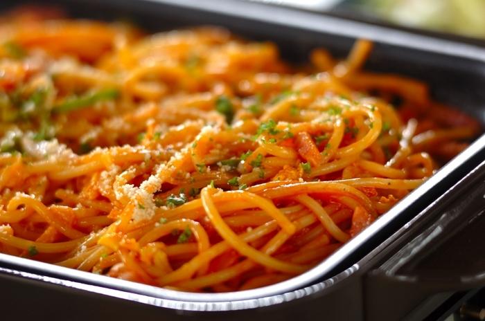 ゆでて冷やしたもちもち感のあるスパゲッティを使って、ホットプレートで豪快に作るナポリタン。何人分も一気にできるので、家族や仲間と楽しみたいときに便利ですね。
