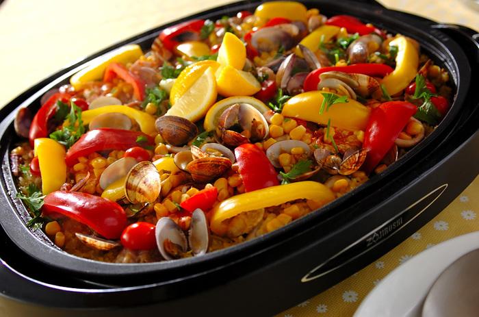 フタをして蒸し状態にできるホットプレートは、パエリアなどの米料理も得意。イカ、エビ、アサリなどの海鮮をたっぷりと入れて、短時間で豪華なスペイン料理のできあがりです。フタを開けるのが楽しみですね。
