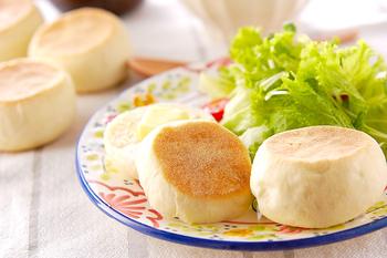 ホットプレートでふわふわに焼けるイングリッシュマフィン。自家製の焼き立てパンは、それだけでご馳走です。多めに作って、ストックしておくのも便利ですね。