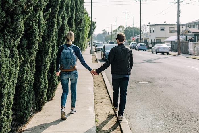 触れ合い1つで、心がふっと軽くなることがあります。スキンシップをとると、実際脳内に幸せを感じるホルモンが分泌されるそうですよ。肌の温度を感じることによって愛情はさらに育まれていきます。 何歳になっても手を繋いでいられる夫婦なんて、ステキだと思いませんか。