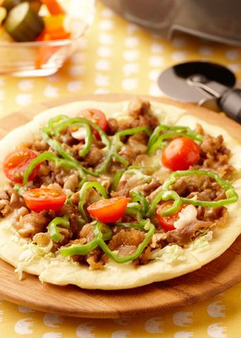こちらは、生地を焼くのも、具を調理するのもホットプレートでできる焼肉ピザ。自家製のピザを作る時間がないときは、市販のピザ生地をホットプレートで焼いてもOKです。