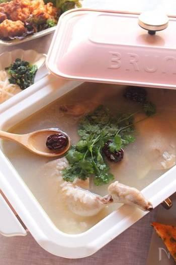 体を芯から温めてくれる参鶏湯をホットプレートで。少し時間のかかる煮込みはホットプレートに任せると、コンロがほかの料理に使えて便利ですね。