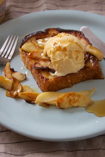 家族全員分が同時に焼ける、ホットプレートのフレンチトースト。忙しい朝にこそ、ホットプレートは役立つかもしれませんね。りんごやバター、アイスクリームなどがひとつになって、とても幸せな香りです。