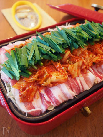 豚とキムチ、たっぷりの野菜を蒸し鍋に。元気をくれる栄養食材を集めた健康鍋です。仕上げのパルミジャーノが、素敵なアクセント。〆は、焼うどんがおすすめだとか。