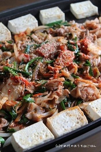 焼き物が得意なホットプレートですが、豆腐ステーキはちょっと盲点ですね。もちろん、ソースとなる具材もいっしょに調理できます。お肉や野菜をたっぷり炒めて豆腐に添えれば、ヘルシーでボリュームもたっぷりのご馳走に。