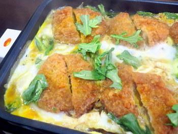 市販のかつや、残り物のかつも、ひと手間加えるとおいしい自家製料理に。ホットプレートなら、かつ煮も簡単にできあがります。アイデアいっぱいのスピード料理ですね。