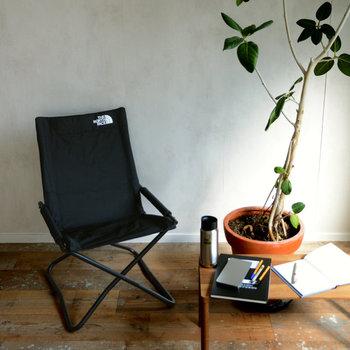 お部屋の中に、カジュアルなアウトドアの家具を取り入れてみませんか?アウトドア仕様の椅子やテーブルは、部屋を広く使いたいときには畳むこともでき、お部屋の配置換えも楽にできます。最近はデザイン性が高く、座り心地にだわったものも多いので、日常でも十分使うことができます。