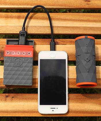 おうちの中でスマホの充電は簡単にできますが、一つ持っておきたいのが非常時に役に立つ携帯バッテリーです。ごつめのデザインが安心感を醸し出す、大容量ストレージの防水バッテリーは、スマホの近くに置いておくとすぐに充電できて便利ですよ。