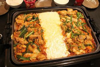 人気の韓国料理・チーズタッカルビをおうちで。鶏肉と野菜を炒めて甘辛いコチュジャンのタレを合わせたら、真ん中に溝を作って、チーズをたっぷり。具材にとろとろのチーズをからめて食べるおいしさは、言葉になりません。