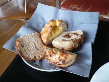 パンは、イートインもテイクアウトも好みの厚さにカットしてもらうスタイル。いろいろなパンを少しずつ食べたいという方もうれしいですね。