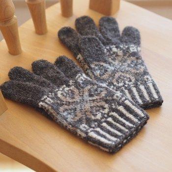 「アピラ」とはフィンランド語でクローバーのこと。濃いめのグレーにアースカラーのクローバーが優しく映える、北欧風の手袋です。