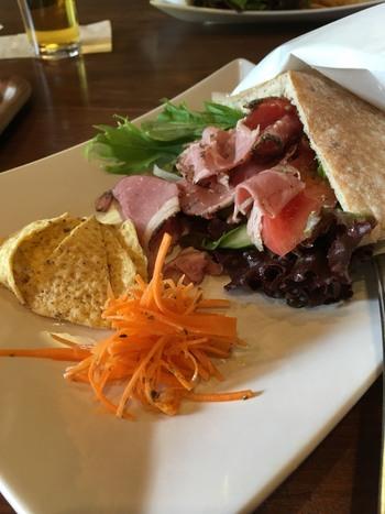 軽めのランチには、地元の鎌倉ハムを使用したピタパンサンドがおすすめ。カジュアルなランチを楽しみたい方におすすめのカフェです。